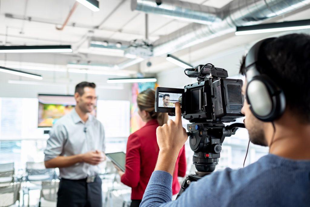 Equipo realizando una entrevista para un vídeo corporativo.