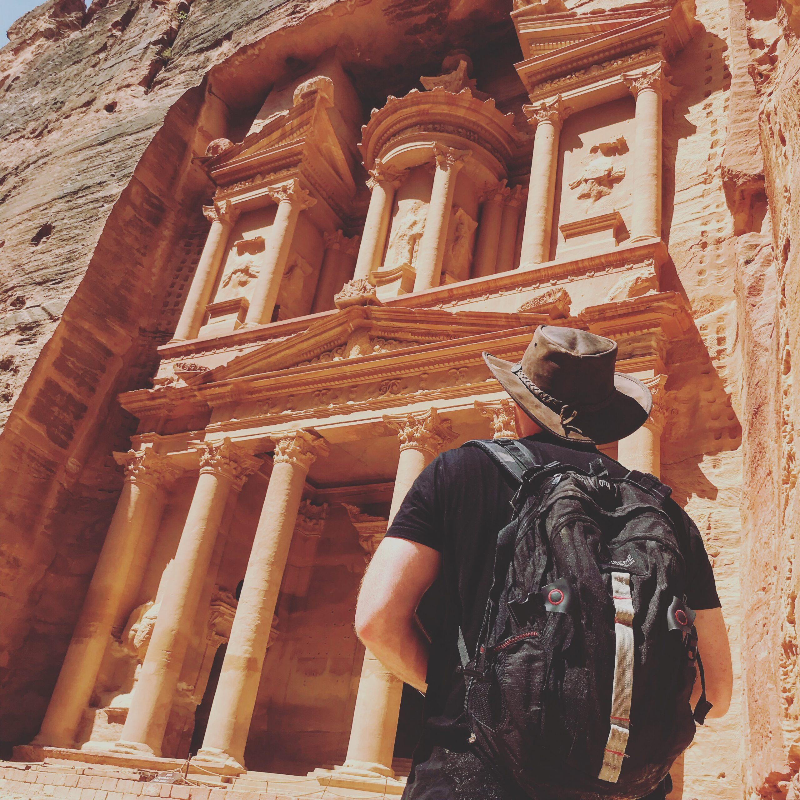 Aventurero a las puertas de Petra