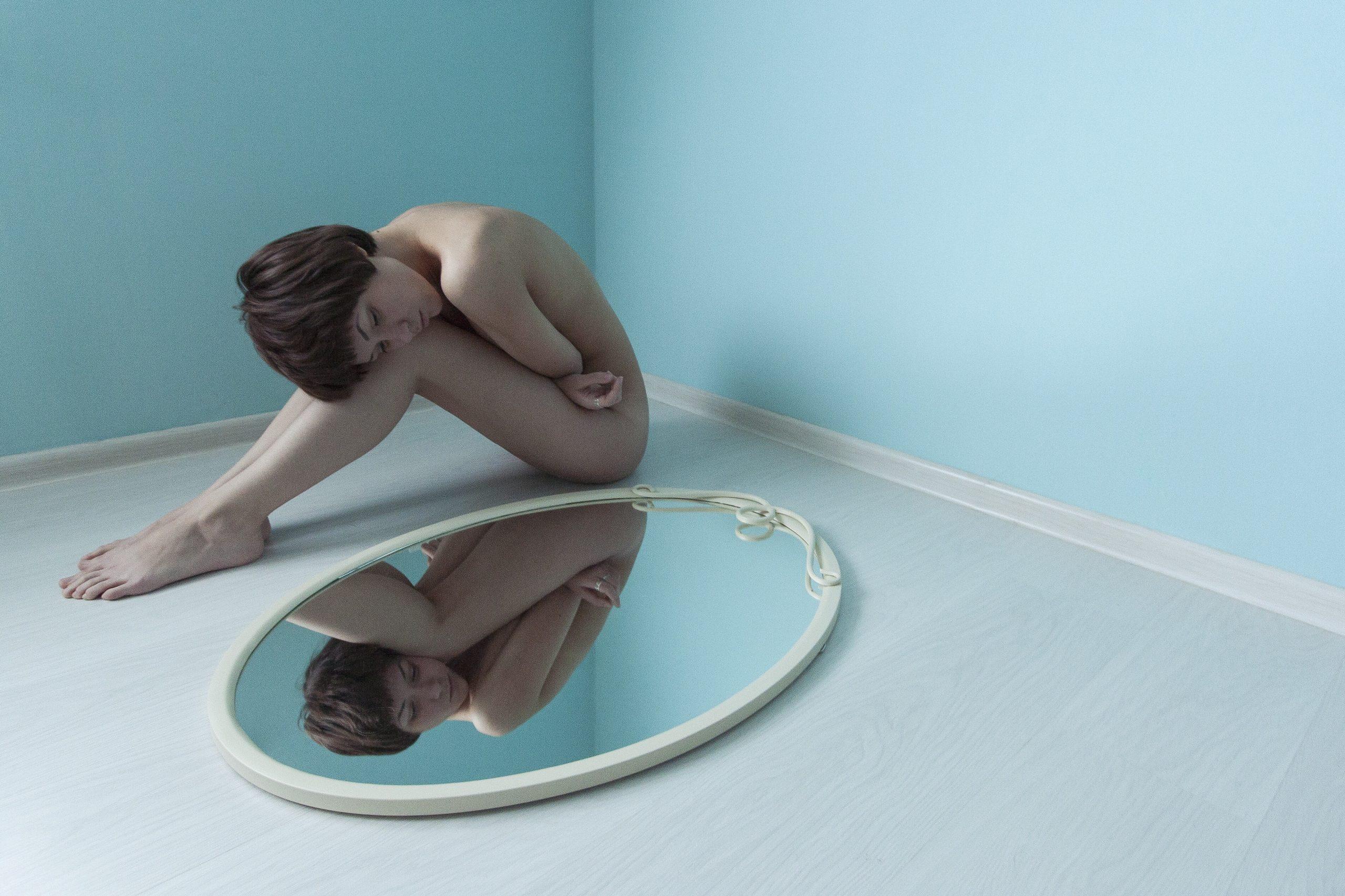 chica guapa en espejo