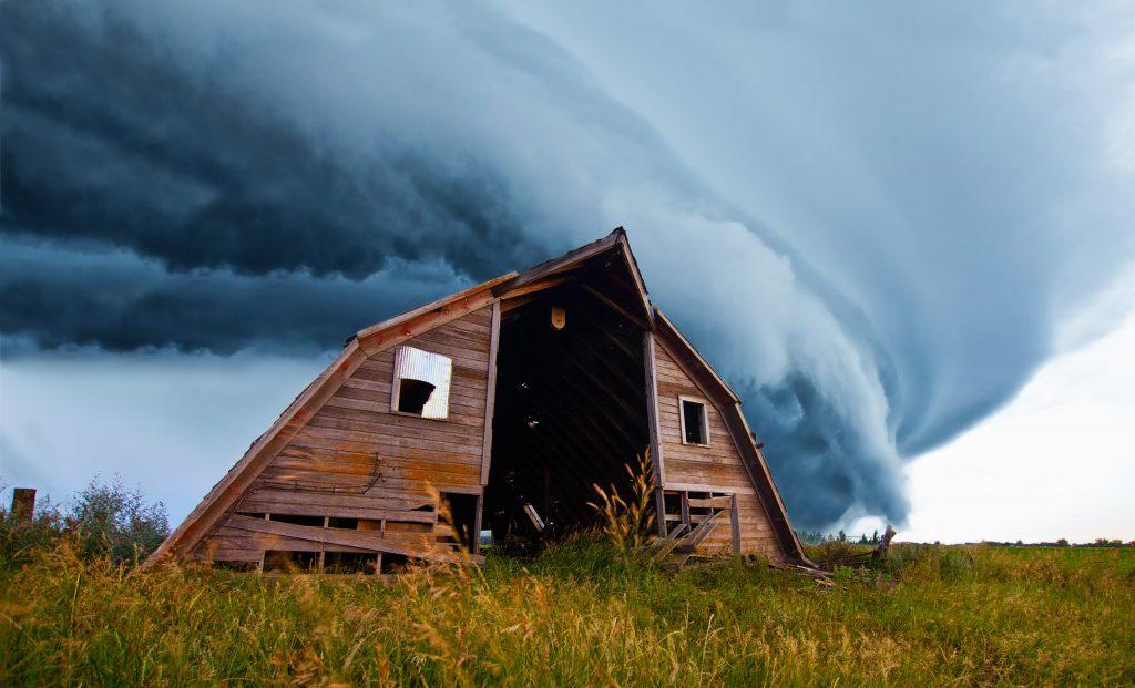 formación de tornado tras granja