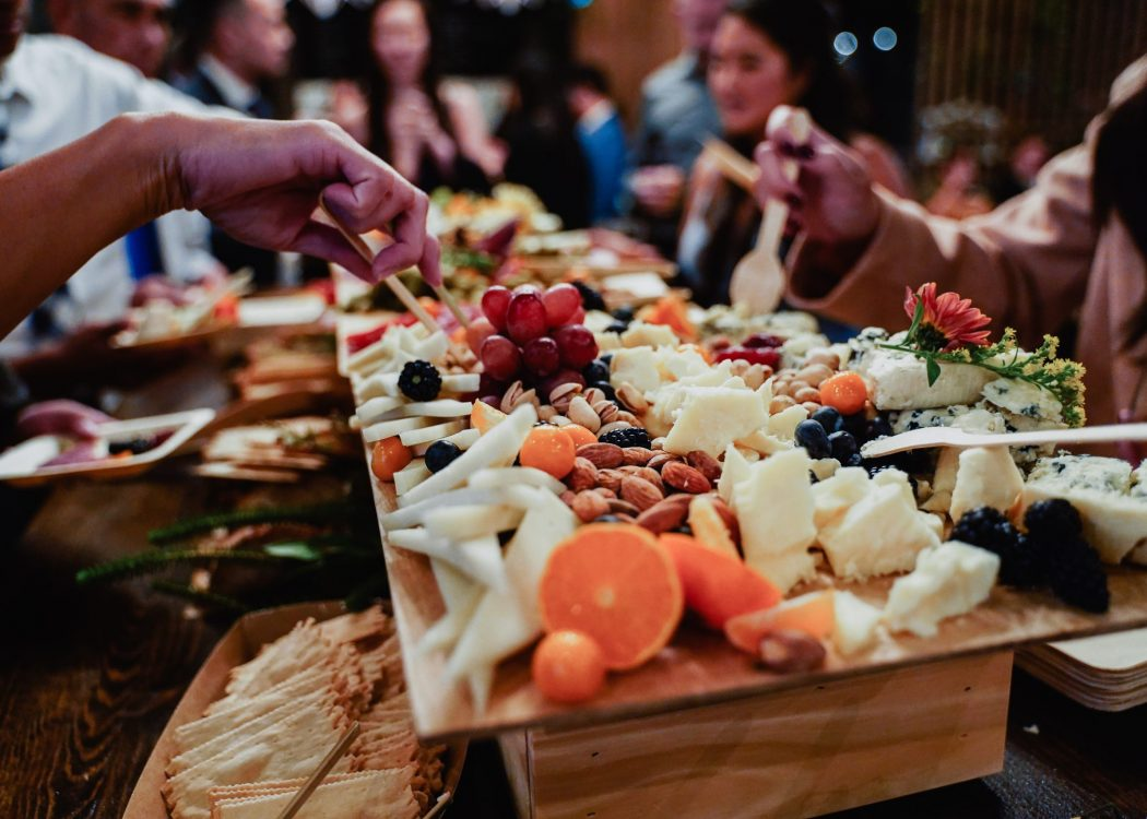 party-guests-cocktail-hour-wedding-appetizers-snac-WUS7J8D